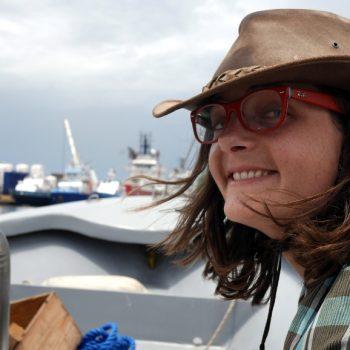 Justine sur un bateau, Côte d'Ivoire